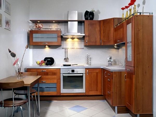 маленькая угловая кухня для маленькой кухни деревохромированные элементы
