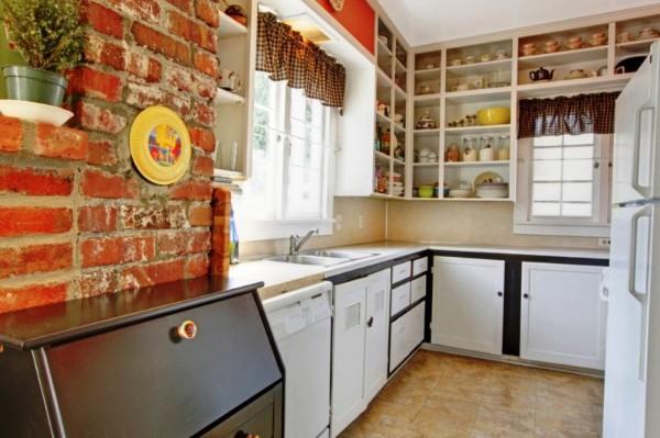 маленькая угловая кухня для маленькой кухни с открытыми полками до потолка