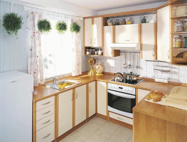 маленькая угловая кухня с холодильником