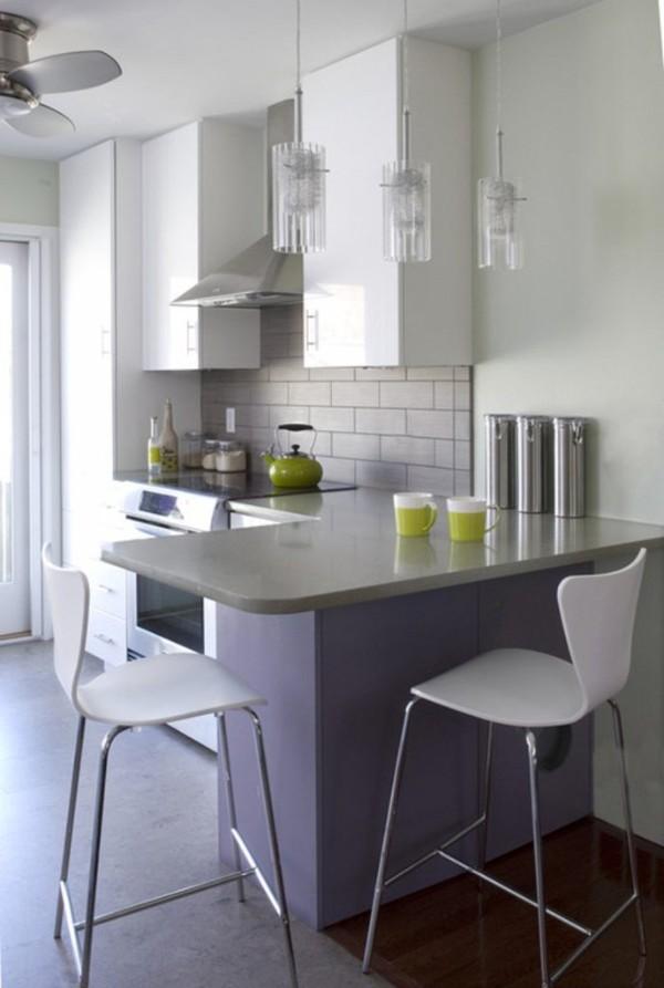 маленькая угловая кухня светло-серого цвета с барной стойкой