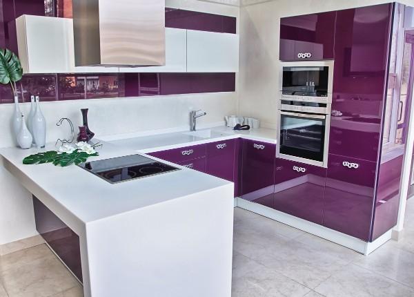 модель углового кухонного гарнитура для маленькой кухни бело сиреневый