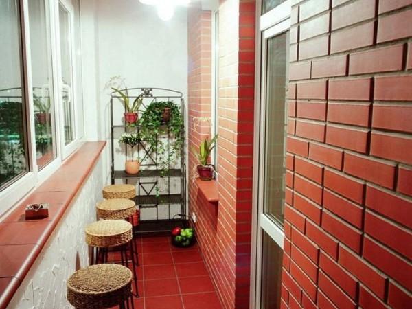 оригинальный дизайн маленького балкона с элементами стиля лофт