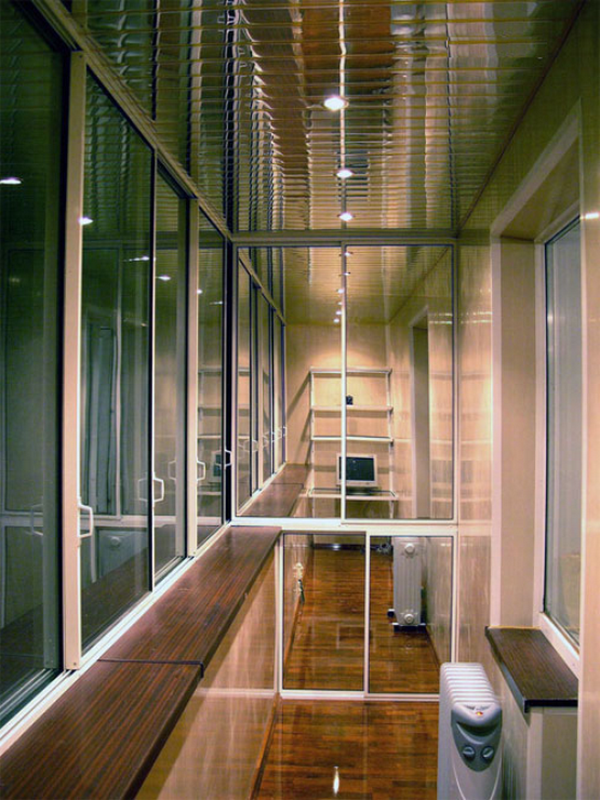 шкаф купе с зеркальными дверцами на балкон