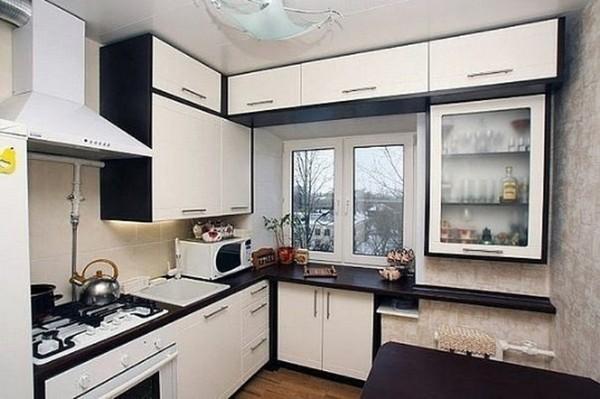 современный дизайн маленькой угловой кухни со шкафчиками до потолка