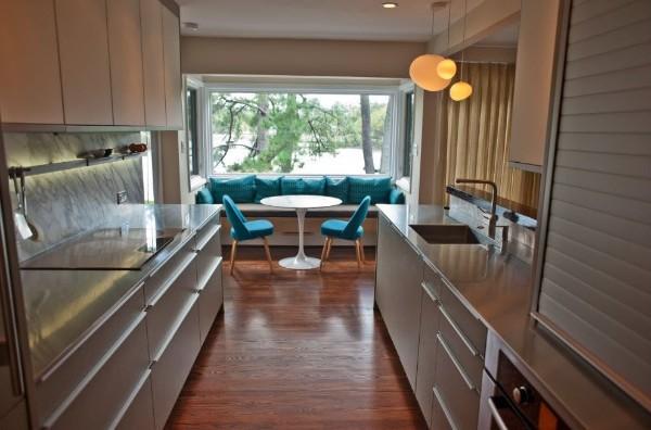 стильный дизайн паралельной кухни с выходом на маленький балкон