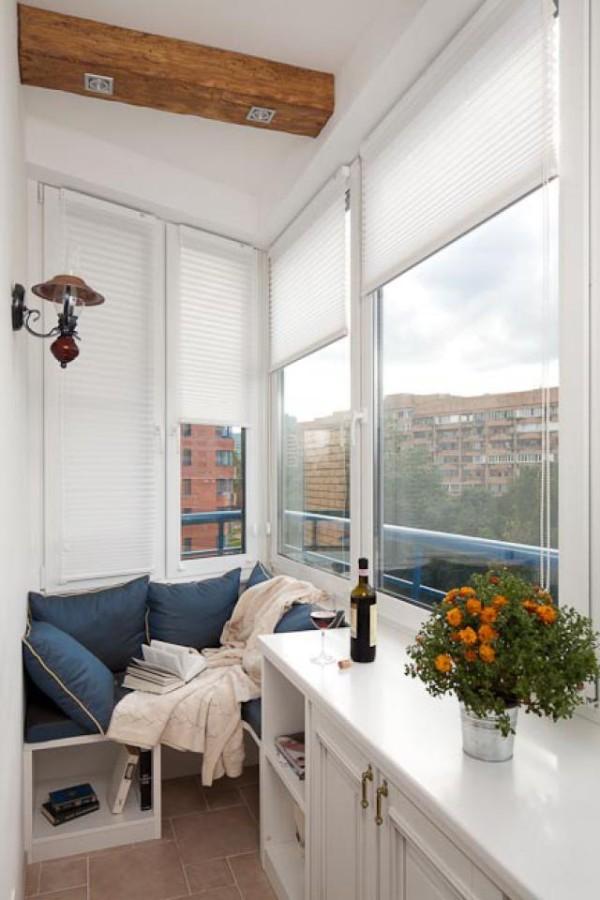 стильный дизайн небольшого балкона лаунж зона