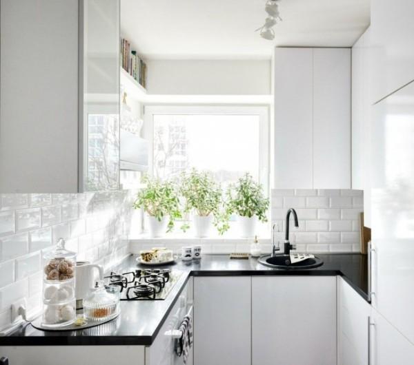 светлая маленькая угловоя кухня для маленькой кухни с чёрной столешницей