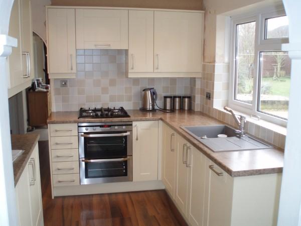светлая маленькая угловая кухня для маленькой кухни с мойкой у окна