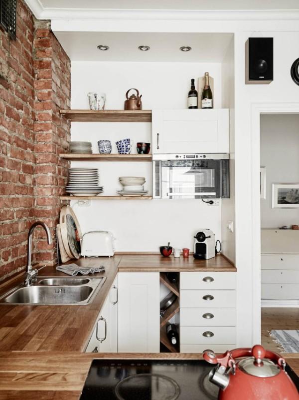 светлая маленькая угловая кухня для маленькой кухни в лофтовом дизайне