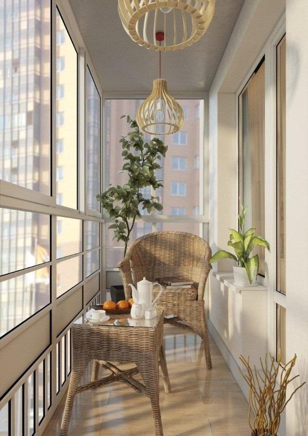 светлый дизайн маленького балкона с панорамным остекленением зона отдыха