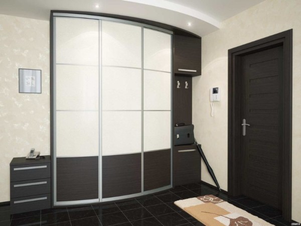 светлые обои и тёмный пол в дизайне коидора в квартире