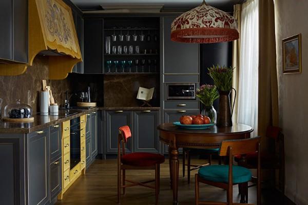 тёмно синий угловой кухонный гарнитур в классическом стиле для кухни