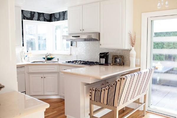 угловой гарнитур для маленькой кухни с эркером