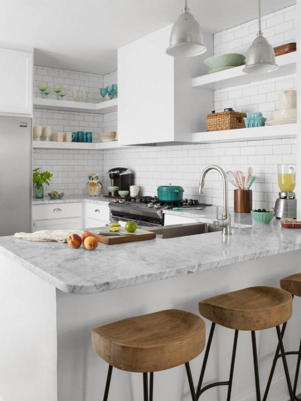 угловой кухонный гарнитур для кухни белого цвета с открытыми полками