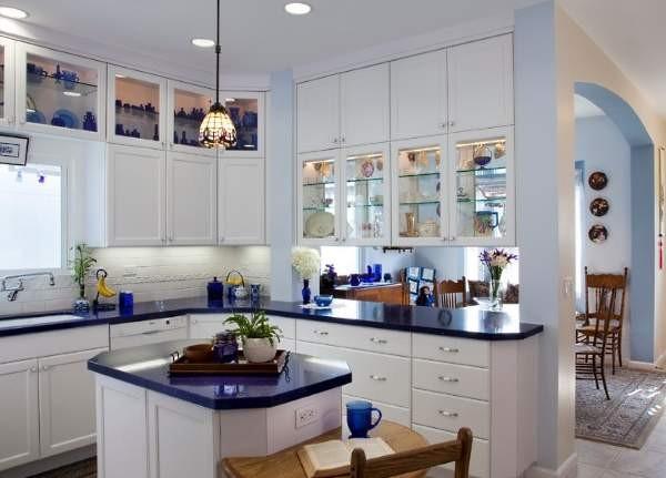 угловой кухонный гарнитур для кухни белого цвета с синей столешницей