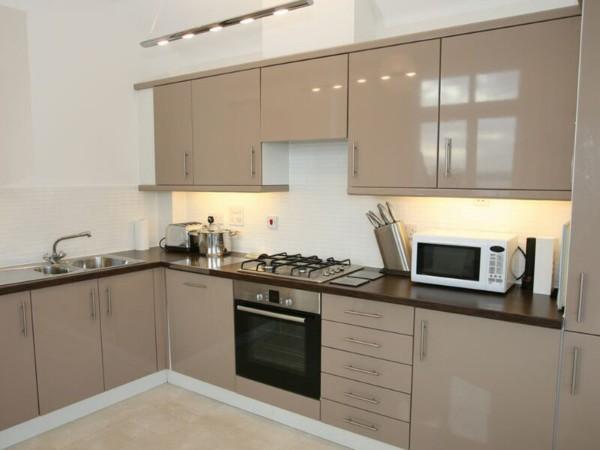 угловой кухонный гарнитур для маленькой кухни кофейного цвета