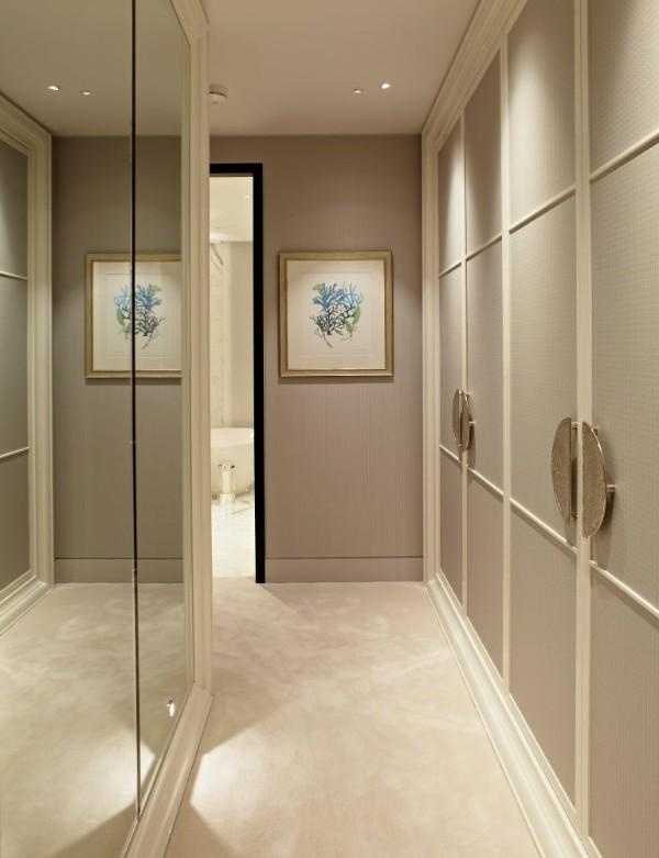 зеркальный декор и бежевый тон стен в дизайне коридора в квартире