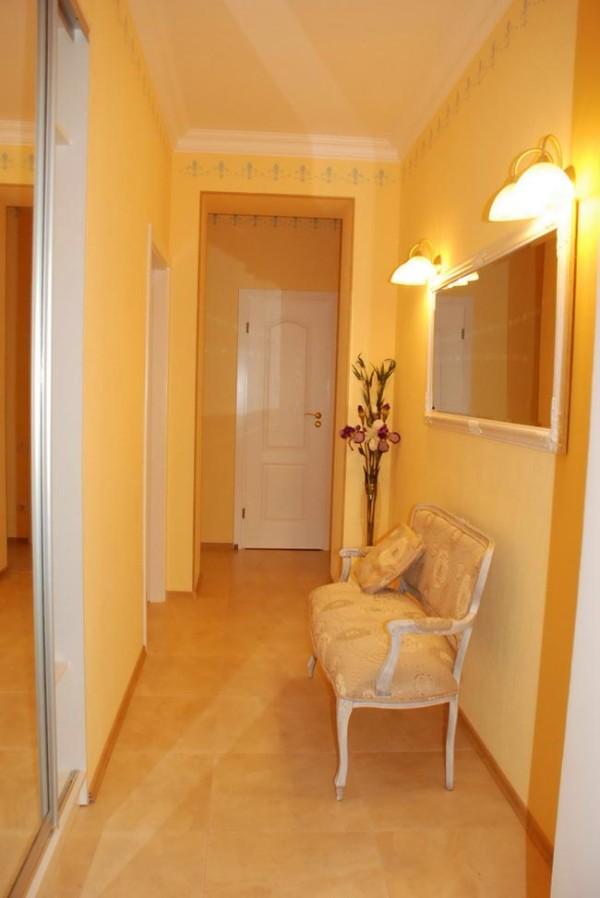 жёлтый цвет в дизайне коридора в квартире фото