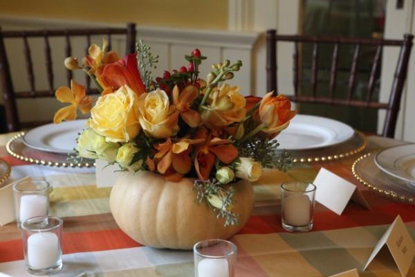 идеи для стола нежный букет в вазе из тыквы осенний декор своими руками