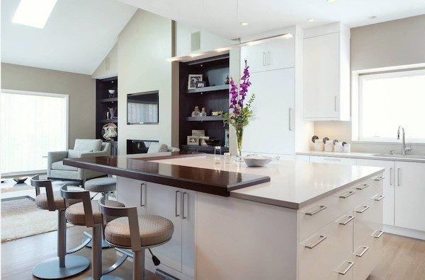 современный дизайн кухни студии в мансарде