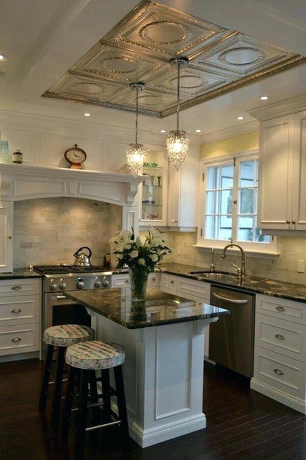 дом во французском стиле роскошный интерьер кухни