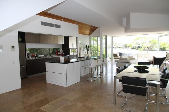 интерьер кухни студии панорамные окна
