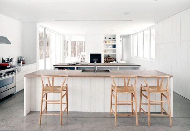 интерьер кухни студии с панорамными окнами