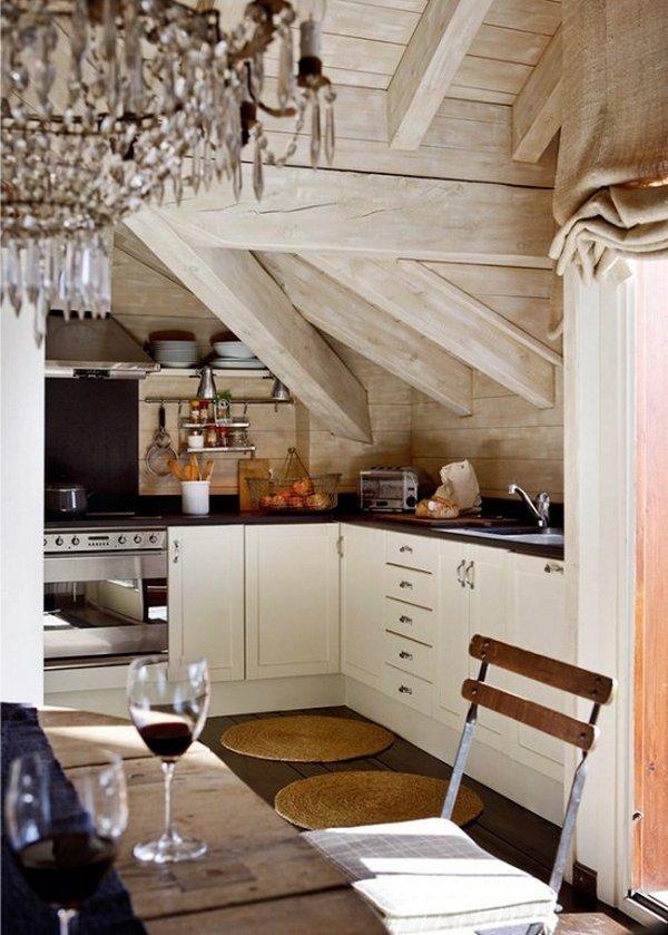 интерьер кухни студии в мансарде