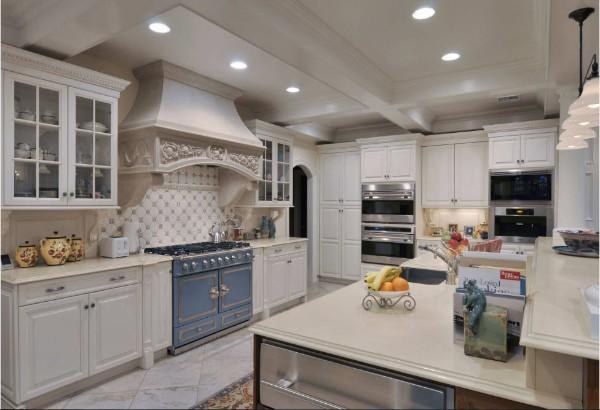 белая изысканная кухня в стиле прованс