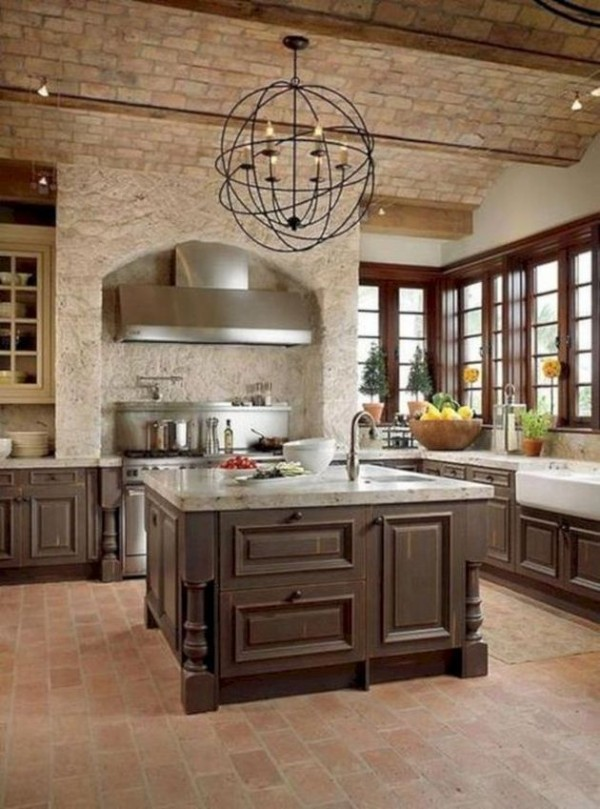 большая кухня во французском стиле в коричневых тонах