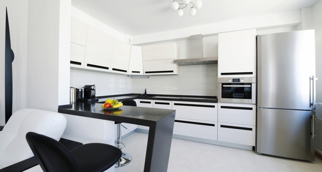 дизайн кухни с барной стойкой чёрного цвета