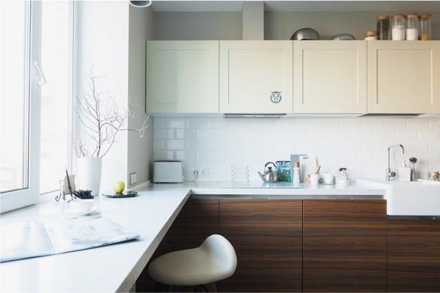 дизайн кухни с барной стойкой на подоконнике
