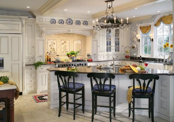 дом во французском стиле дизайн кухни с обеденной зоной