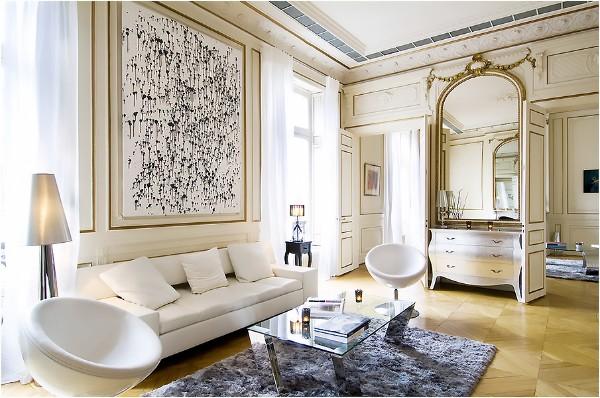 дом во французском стиле дизайн с лепниной в бело-золотом цвете