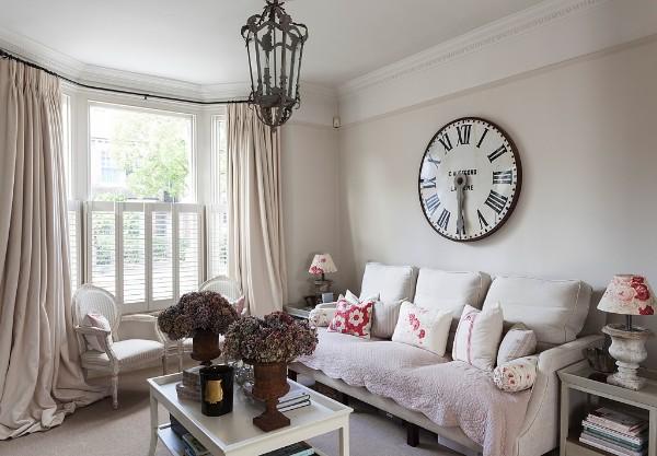 дом во французском стиле гостиная с эркером