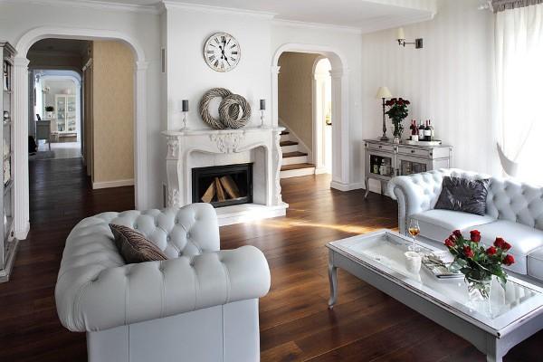 дом во французском стиле интерьер белой гостиной с белой мебелью
