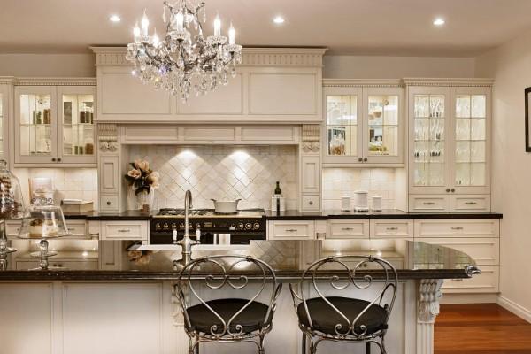 дом во французском стиле интерьер кухни бежевый оттенок