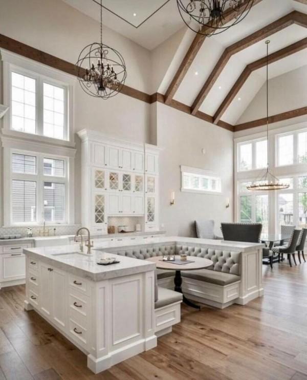 дом во французскам стиле интерьер кухни студии с высоким потолком