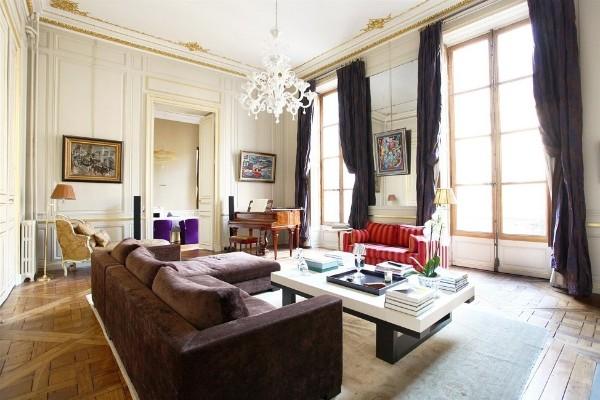 дом во французском стиле изысканный интерьер гостиной с золотой лепниной