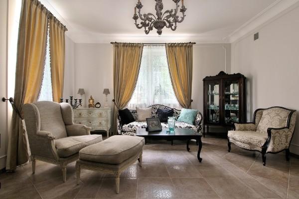 дом во французском стиле изысканный интерьер гостиной с золотыми портьерами