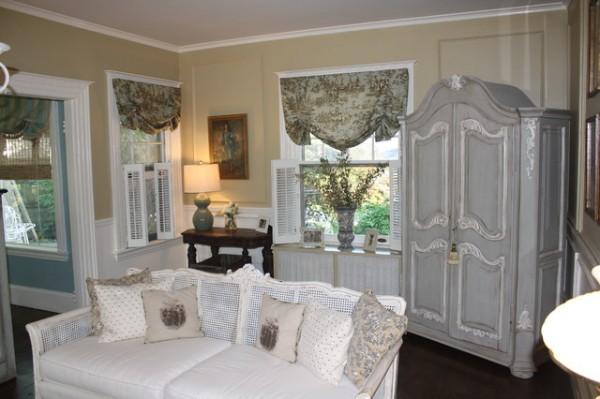 дом во французском стиле кремовый интерьер гостиной
