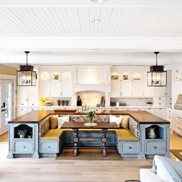 дом во французском стиле кухня с островом и обеденной зоной