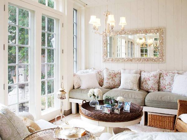 дом во французском стиле небольшая гостиная с панорамными окнами
