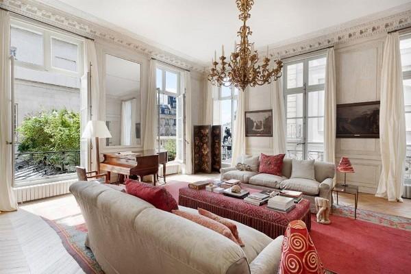 дом во французском стиле просторный интерьер гостиной с панорамными окнами
