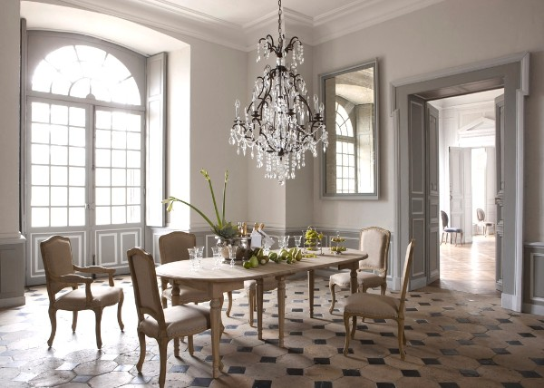 дом во французском стиле роскошный интерьер в сером цвете