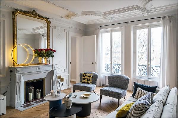 дом во французском стиле серо-белый дизайн гостинай с панорамными окнами
