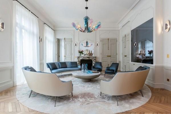 французский стиль интерьер гостиной с лёгким тюлем на больших окнах