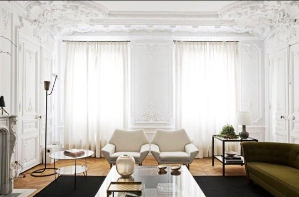 французский стиль интерьер гостиной с лепниной на потолке