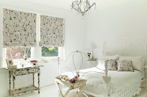 французский стиль интерьер спальни с милыми шторами и подушками