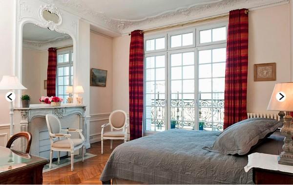 французский стиль интерьер спальни с яркими портьерами